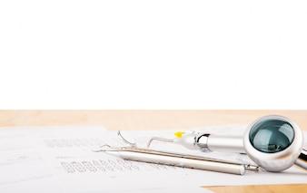 Instrumentos de un dentista con fondo blanco