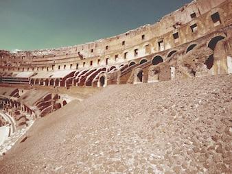 Interior del coliseo romano sobre un barandilla