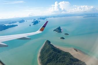 Isla y mar con ala plana