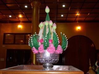 jarrón de flores de color rosa
