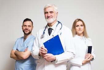 Joven asiático grupo principal hospital profesional
