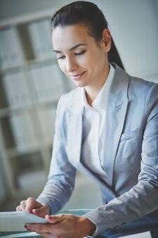 Joven ejecutiva trabajando con una tablet