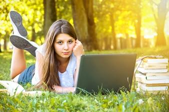 Joven estudiante de colegio hermosa chica utilizando equipo portátil.