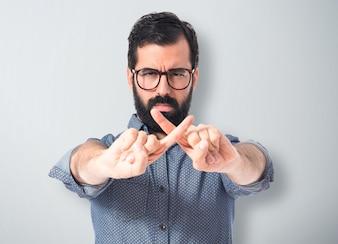 Joven hombre hipster haciendo NO gesto