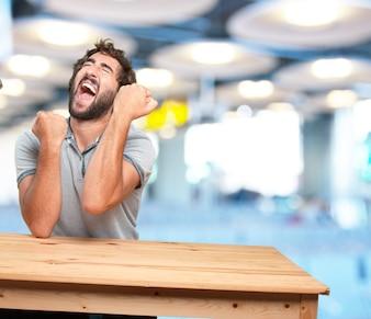 Joven loco con expresión de tabla .happy