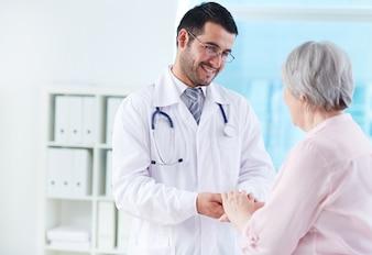 Joven médico apoyando su paciente
