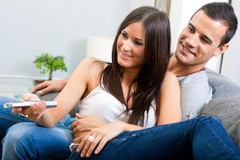 Joven pareja se relaja en el sofá