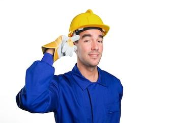 Joven trabajador con un gesto de concentración en el fondo blanco
