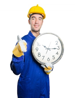 Joven trabajador preocupado por el tiempo en el fondo blanco