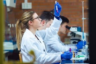 Jóvenes científicos llevando a cabo un experimento en un laboratorio.