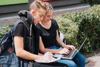 Jóvenes estudiando en el parque