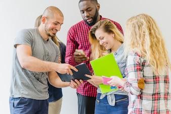 Jóvenes estudiantes compartiendo con blocs de notas