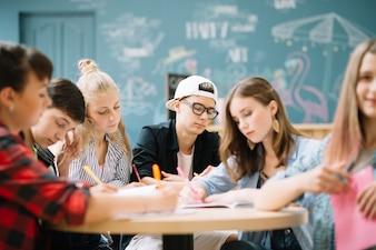 Jóvenes haciendo tarea juntos