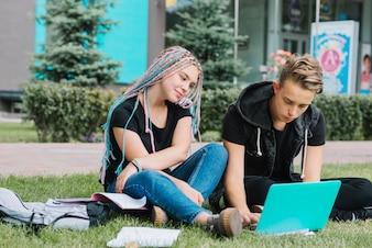 Jóvenes relajarse con los estudios en el parque