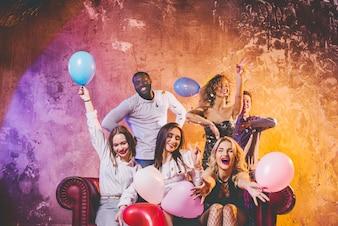 Jóvenes se divierten con globos