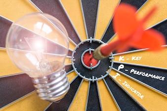 KPI indicador de rendimiento clave con objetivo de la lámpara de idea