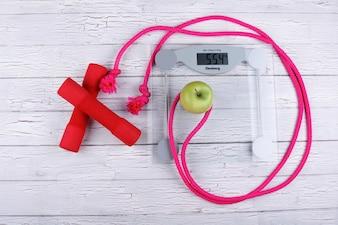 La cuerda, el bar, el peso y la manzana son para el gimnasio