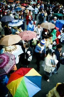 la gente con paraguas s