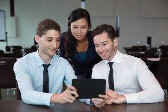 La gente de negocios que usa la tableta en la Oficina 6