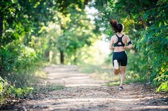 La libertad de fitness femenino joven y delgada
