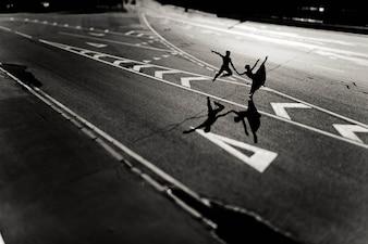La luz del sol hombre joven y calle de asfalto