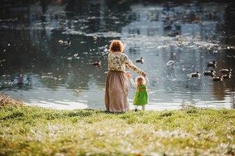 La madre con la hija mirando el lago