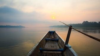 La mañana del lago con el barco