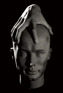la mano sobre la estatua