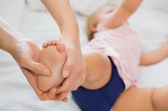 La niña que recibió el masaje de la madre