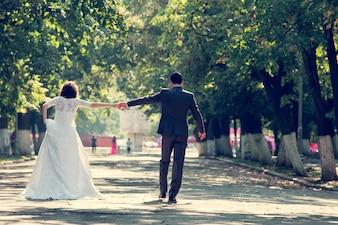 La novia y el novio tomados de la mano