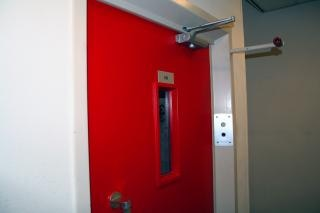 La puerta del elevador rojo