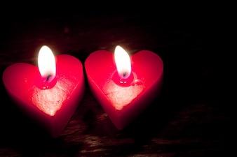 La quema de velas rojas en forma de corazón
