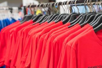 La ropa cuelga en el estante
