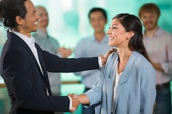 La sonrisa de mediana edad empresarios estrechar la mano