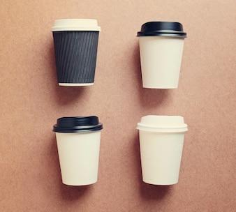 La taza de café de papel se burla para una marca de identidad con efecto de filtro retro