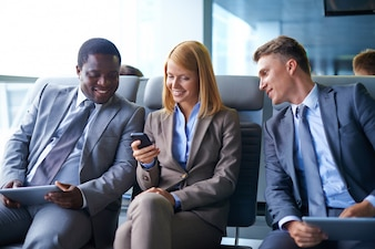 La tecnología corporativa feliz alegre esperando