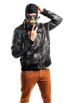 Ladrón con máscara de gas