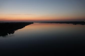 Lago con orilla al atardecer
