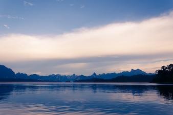 Lago con vistas a la montaña