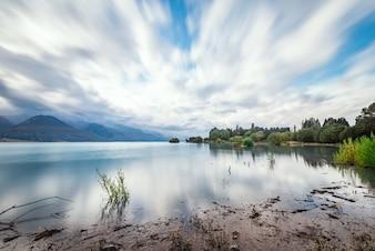 Lago en día nublado
