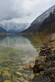 Lago reflejando montañas
