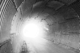 lámina corrugada luz de distancia túnel subterráneo infierno