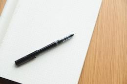 Lápiz negro y un cuaderno