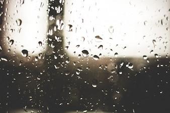 Las gotas de lluvia en el cristal