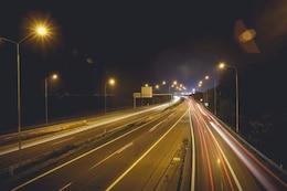 Las luces del coche en la carretera