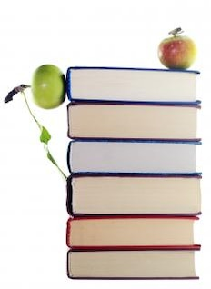 las manzanas en la pila de libros