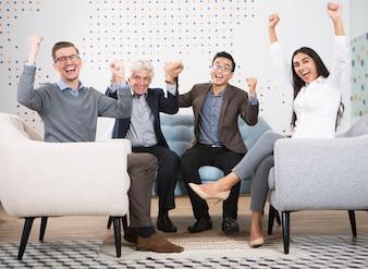 Las personas excitadas negocios que celebra éxito