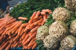 Las zanahorias y apio en venta