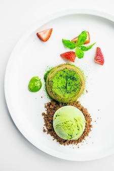 Lava de chocolate de té verde con helado y fresa