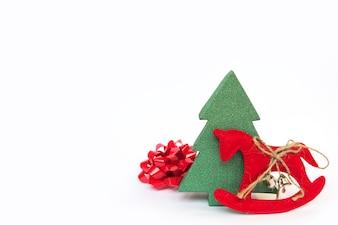 Lazo con un árbol de navidad y un caballo de juguete en un fondo blanco